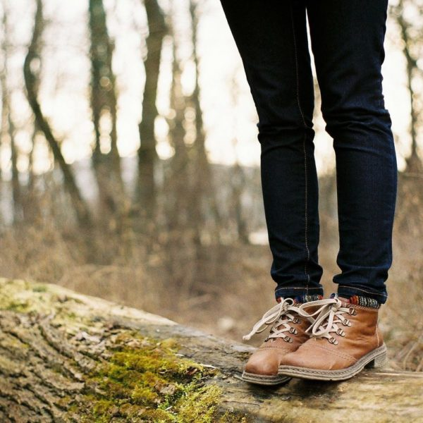 Pause sur un rondin pendant balade en forêt