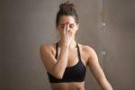 Jeune femme qui pratique la respiration alternée : Nadi Shodhana
