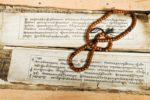 Texte en sanskrit et Mala