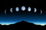 Phases de la lune au-dessus d'une montagne