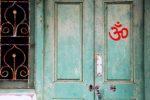 Le symbole Om sur une porte
